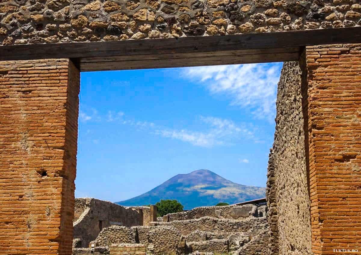 Vezuviul veghează nestingherit asupra orașului Pompeii, pe care l-a distrus cu aproape 2000 de ani în urmă
