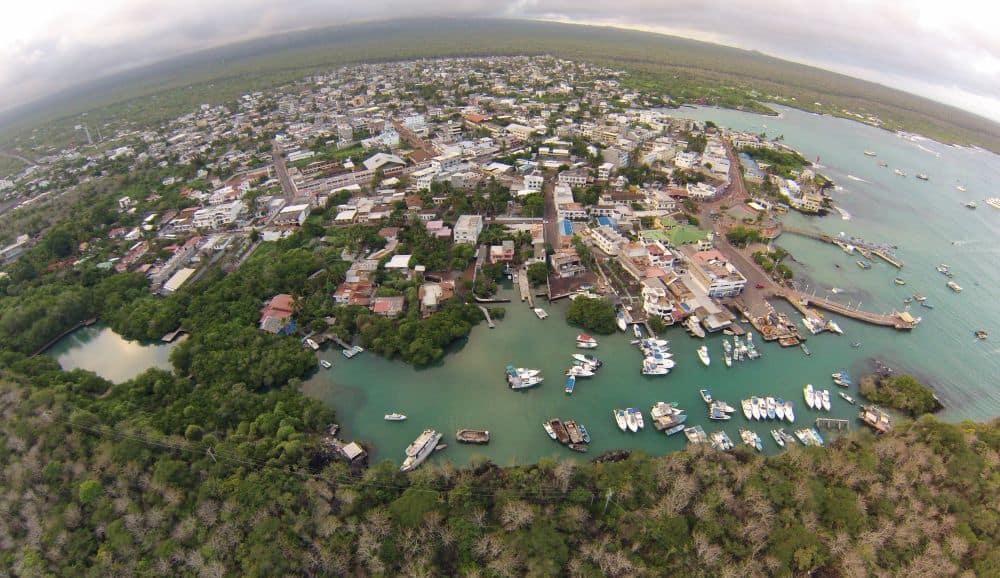 Puerto Ayora, din Galapagos. Foto: dronestagr.am