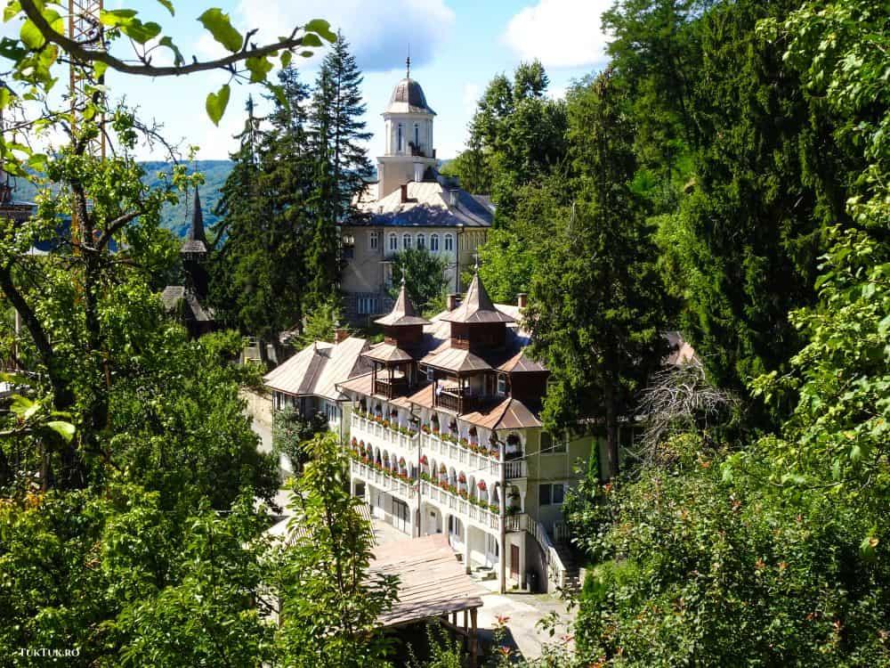 Mânăstirea Rohia, din Maramureș, un colț de rai
